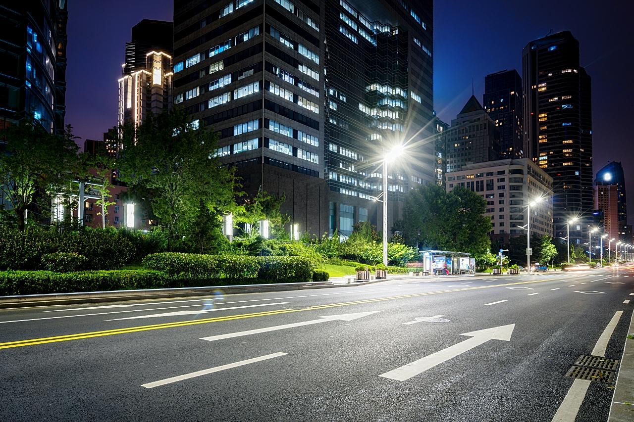 明るい夜の幹線道路